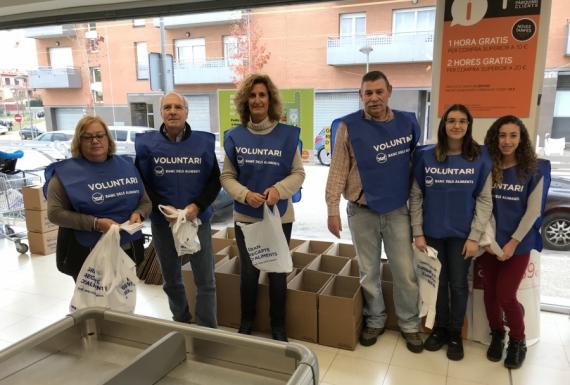 50 voluntaris, entre ells 20 alumnes de l'IES, al Gran Recapte d'Aliments