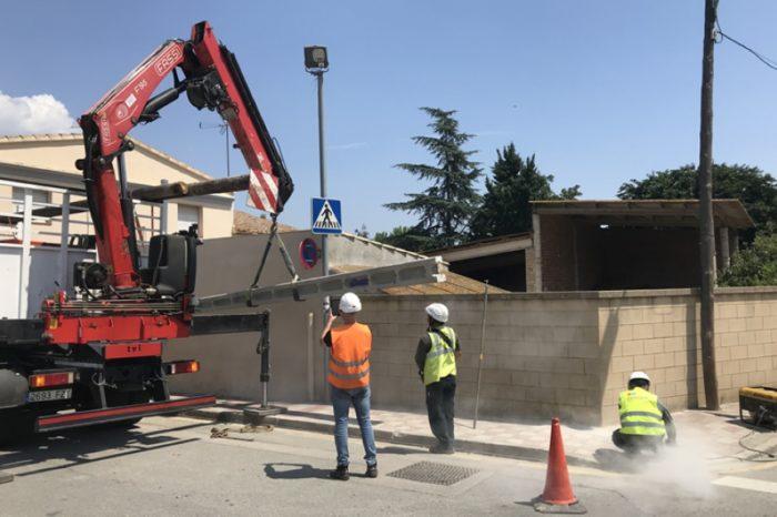 Retiren el pal de formigó de l'Avinguda Gironès